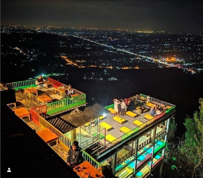 kedai lesehan yang menjorok ke lembah suasana romantis di kawasan wisata bukit bintang jogja