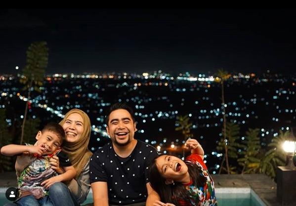 bergembira bersama keluarga di bukit bintang jogja di hamparan pemandangan lampu malam